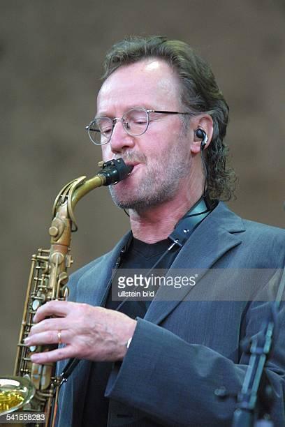 Rockgruppe GrossbritannienJohn Helliwell spielt Saxofon bei einem Konzert auf der Waldbühne in Berlin