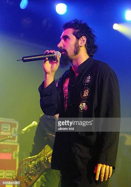 Rockgruppe USASänger Serj Tankian bei einem Konzert im Stahlwerk in Düsseldorf D