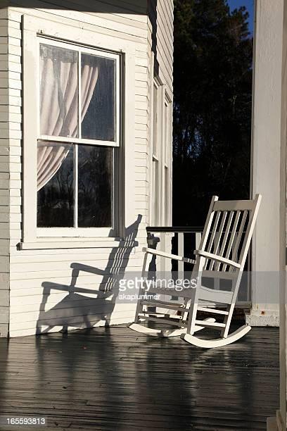 Sedia a dondolo foto e immagini stock getty images for Disegni ponte veranda