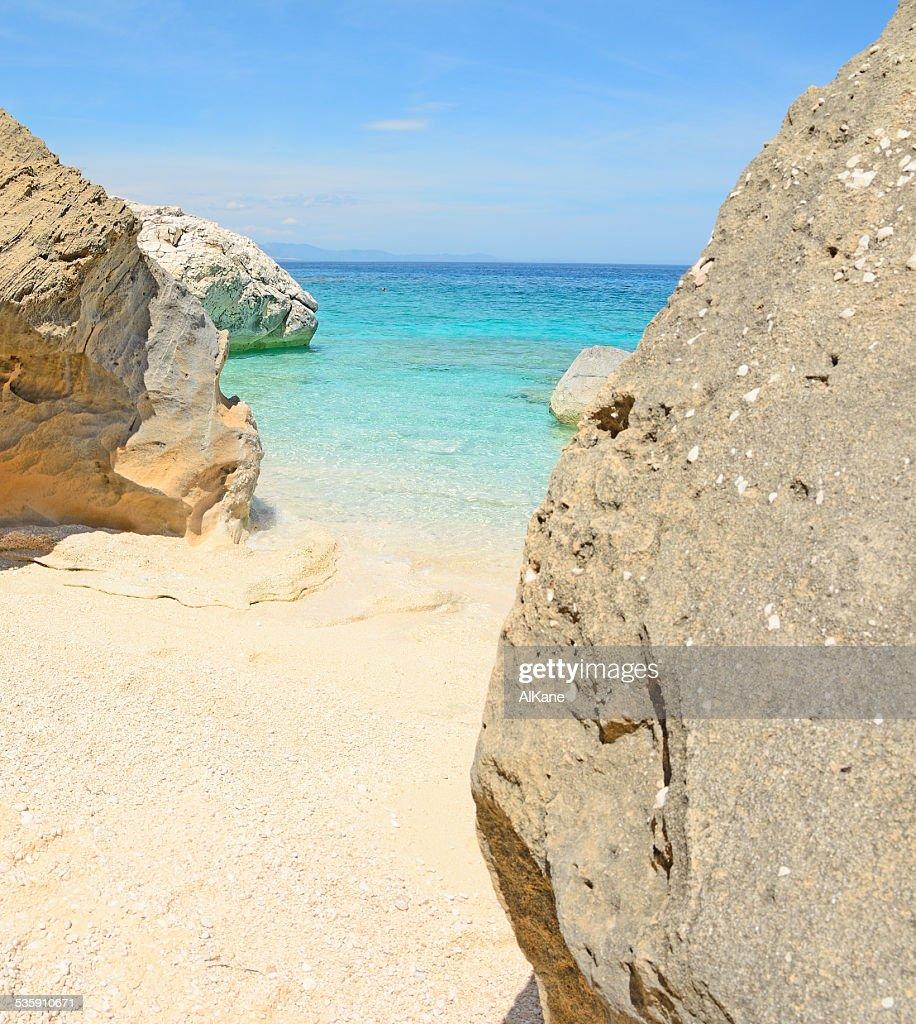 Rocas de Cala Mariolu shore : Foto de stock