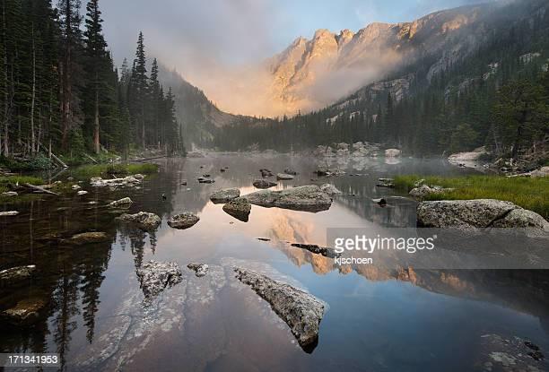 ロッキーマウンテン国立公園の夢の湖霧