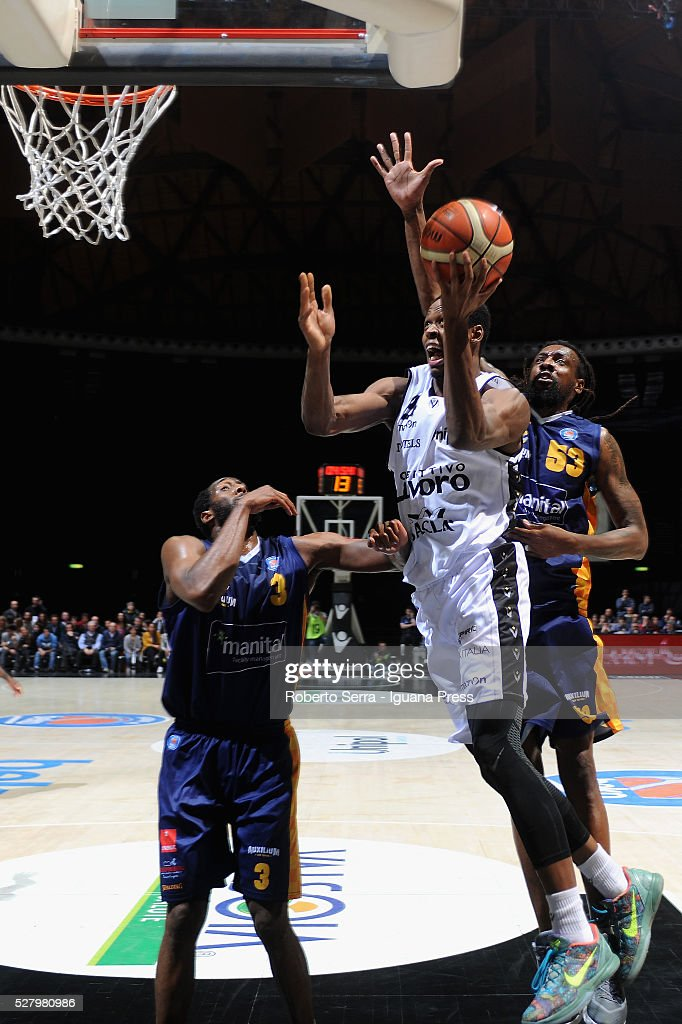 Rod Odom of Obiettivo Lavoro competes with DJ White and Ndudi Ebi of Manital during the LegaBasket match between Virtus Obiettivo Lavoro Bologna v...