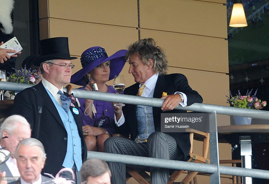 <a gi-track='captionPersonalityLinkClicked' href=/galleries/search?phrase=Rod+Stewart&family=editorial&specificpeople=160467 ng-click='$event.stopPropagation()'>Rod Stewart</a> and Penny Lancaster watch a race on Ladies Day of Royal Ascot at Ascot Racecourse on June 18, 2009 in Ascot, England.