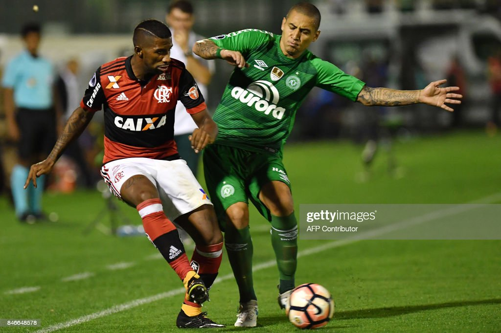 Rodinei (L) of Brazil's Flamengo vies for the ball with Wellington Paulista (R) of Brazils Chapecoense during their 2017 Copa Sudamericana football match held at Arena Conda stadium, in Chapeco, Brazil on September 13, 2017. /
