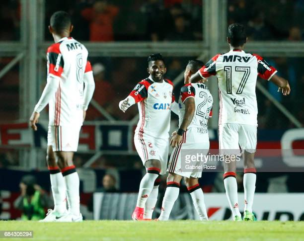 Rodinei of Flamengo celebrates with teammates after scoring the opening goal during a group stage match between San Lorenzo and Flamengo as part of...