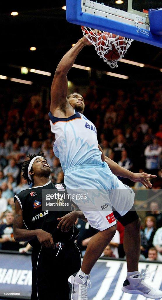 Rodney Buford of Bremerhaven scores during the Beko Basketball Bundesliga game between Eisbaeren Bremerhaven and Mitteldeutscher BC at the Stadthalle...