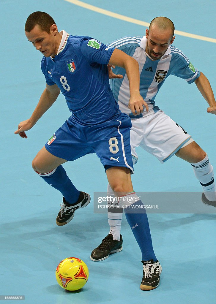Rodolfo Fortino of Italy (L) battles for the ball with Damian Stazzone of Argentian (R) during their first round football match of the FIFA Futsal World Cup 2012 in Bangkok on November 5, 2012. AFP PHOTO / PORNCHAI KITTIWONGSAKUL