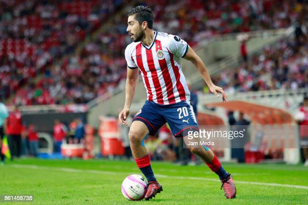 Rodolfo Pizarro of Chivas drives the ball during the 13th round match between Chivas and Morelia as part of the Torneo Apertura 2017 Liga MX at...