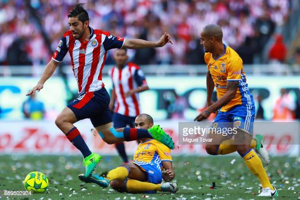 Rodolfo Pizarro of Chivas fights for the ball with Guido Pizarro of Tigres during the Final second leg match between Chivas and Tigres UANL as part...