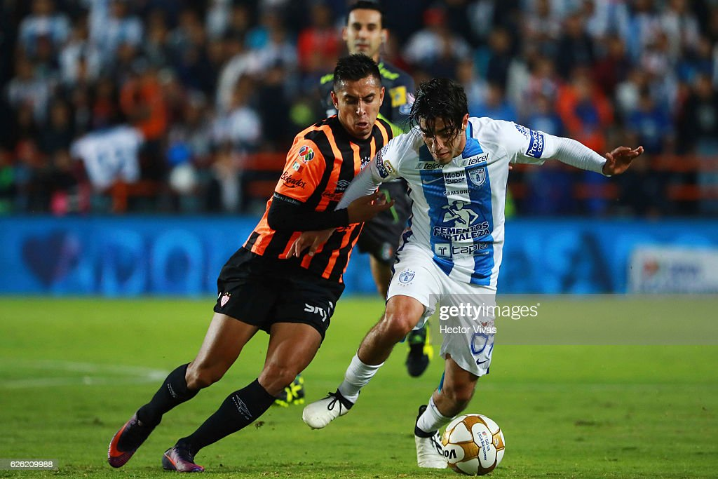 Rodolfo Pizarro of Pachuca struggles for the ball with Jesus Isijara of Necaxa during the quarter finals second leg match between Pachuca and Necaxa as part of the Torneo Apertura 2016 Liga MX at Hidalgo Stadium on November 27, 2016 in Pachuca, Mexico.