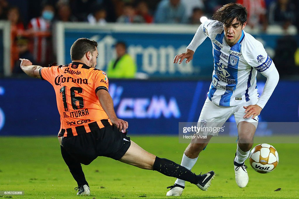 Rodolfo Pizarro of Pachuca (R) struggles for the ball with Manuel Iturra of Necaxa (L) during the quarter finals second leg match between Pachuca and Necaxa as part of the Torneo Apertura 2016 Liga MX at Hidalgo Stadium on November 27, 2016 in Pachuca, Mexico.