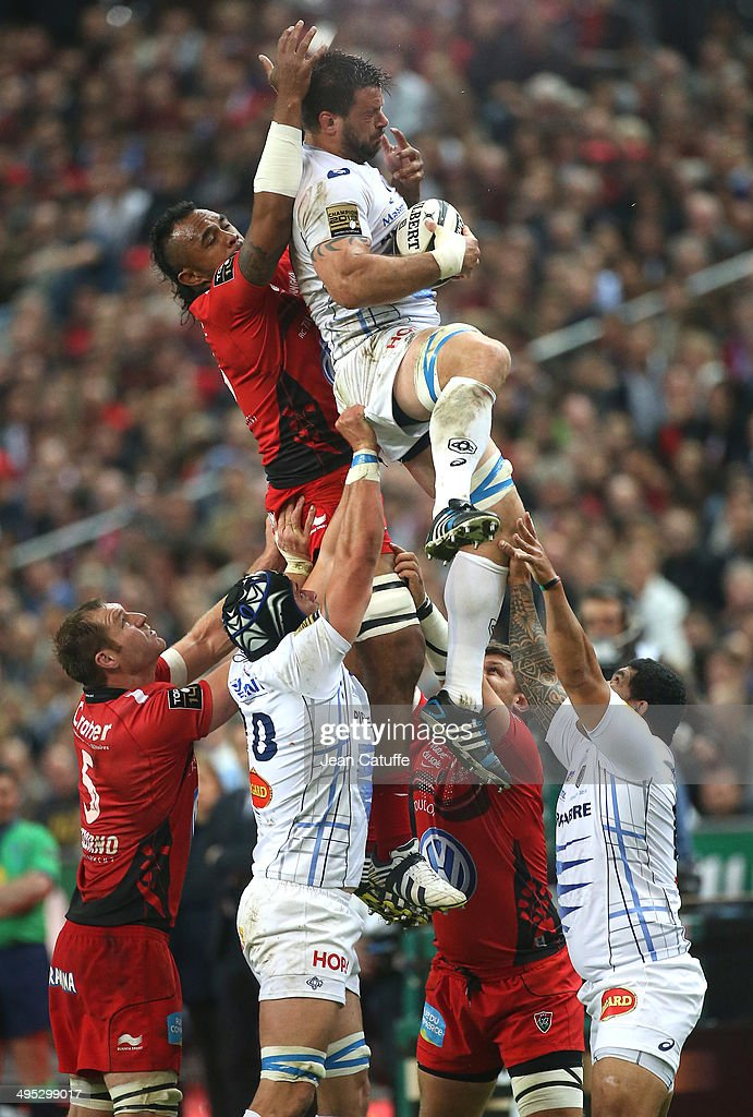 Rodrigo Capo Ortega of Castres Olympique wins the lineout ball against Jocelino Suta of RC Toulon during the Top 14 Final between RC Toulon and Castres Olympique at Stade de France on May 31, 2014 in Saint-Denis near Paris, France.
