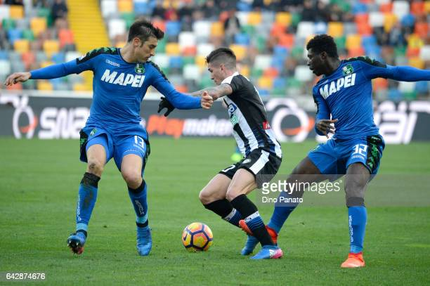 Rodrigo Javier De Paul of Udinese Calcio compete with Federico Peluso and Josef Alfred Duncan of US Sassuo lo during the Serie A match between...