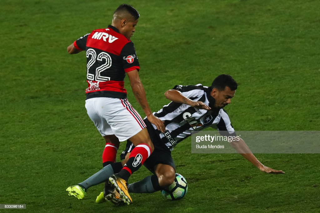 Rodrigo Lindoso (R) of Botafogo struggles for the ball with Everton of Flamengo during a match between Botafogo and Flamengo as part of Copa do Brasil Semifinals 2017 at Nilton Santos Olympic Stadium on August 16, 2017 in Rio de Janeiro, Brazil.