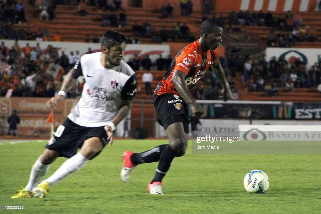 <a gi-track='captionPersonalityLinkClicked' href=/galleries/search?phrase=Rodrigo+Millar&family=editorial&specificpeople=2985806 ng-click='$event.stopPropagation()'>Rodrigo Millar</a> of Atlas struggles for the ball with Franco Arizala of Jaguares during the Clausura 2013 Liga MX at Victor Manuel Reyna Stadium on February 01, 2013 in Tuxtla Gutierrez, Mexico.