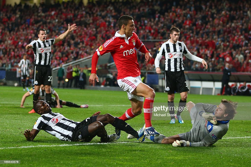 Rodrigo (C) of Benfica scores his sides opening goal as <a gi-track='captionPersonalityLinkClicked' href=/galleries/search?phrase=Mapou+Yanga-Mbiwa&family=editorial&specificpeople=6665294 ng-click='$event.stopPropagation()'>Mapou Yanga-Mbiwa</a> (L) and goalkeeper <a gi-track='captionPersonalityLinkClicked' href=/galleries/search?phrase=Tim+Krul&family=editorial&specificpeople=618004 ng-click='$event.stopPropagation()'>Tim Krul</a> of Newcastle United fail to close down during the UEFA Europa League Quarter- Final First Leg match between Benfica and Newcastle United at the Estadio da Luz on April 4, 2013 in Lisbon, Portugal.