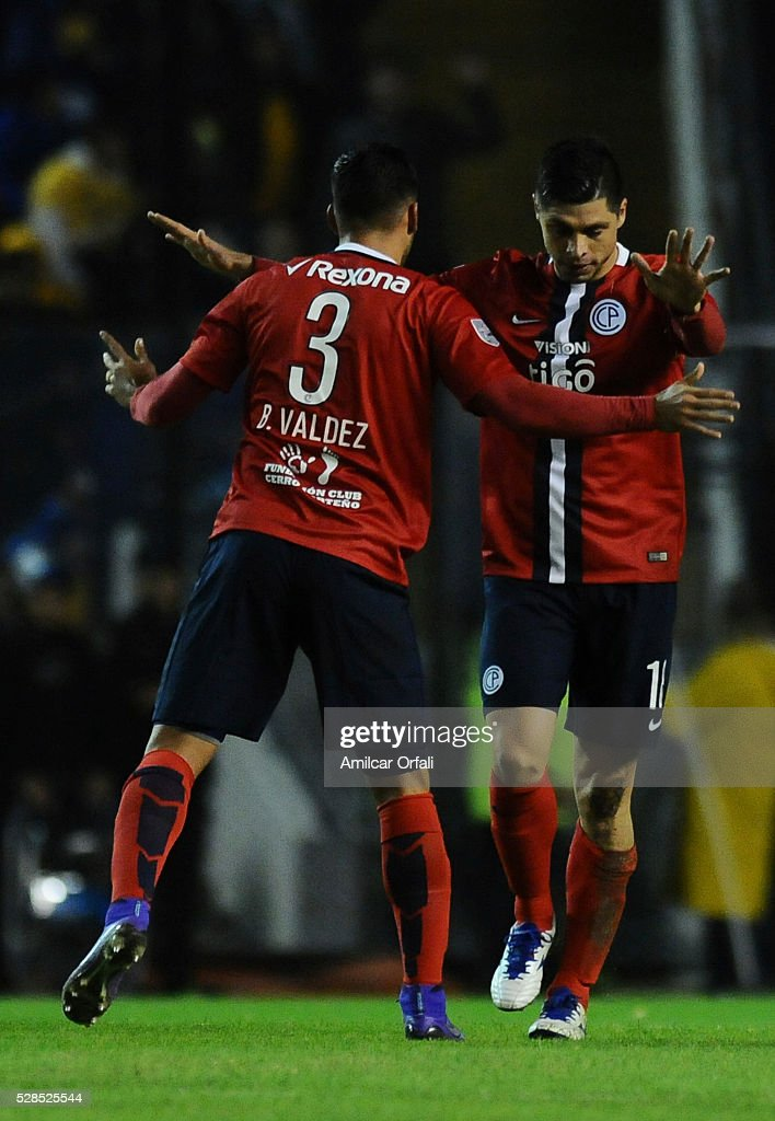 Rodrigo Rojas of Cerro Porteno celebrates with his teammate after scoring the first goal of his team during a second leg match between Boca Juniors and Cerro Porteno as part of round of sixteen of Copa Bridgestone Libertadores 2016 at Alberto J Armando Stadium on May 05, 2016 in Buenos Aires, Argentina.