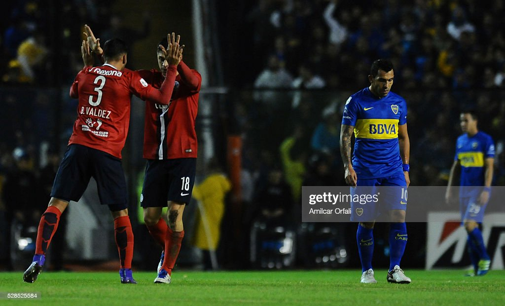 Rodrigo Rojas of Cerro Porteno celebrates with teammates after scoring the first goal of his team during a second leg match between Boca Juniors and Cerro Porteno as part of round of sixteen of Copa Bridgestone Libertadores 2016 at Alberto J Armando Stadium on May 05, 2016 in Buenos Aires, Argentina.
