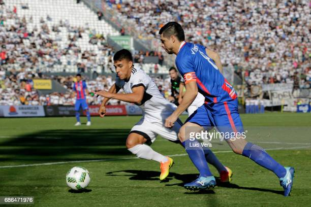 Rodrigo Rojas of Cerro Porteño fights for the ball with Aquilino Rojas of Olimpia during a match between Olimpia and Cerro Porteño as part of the...