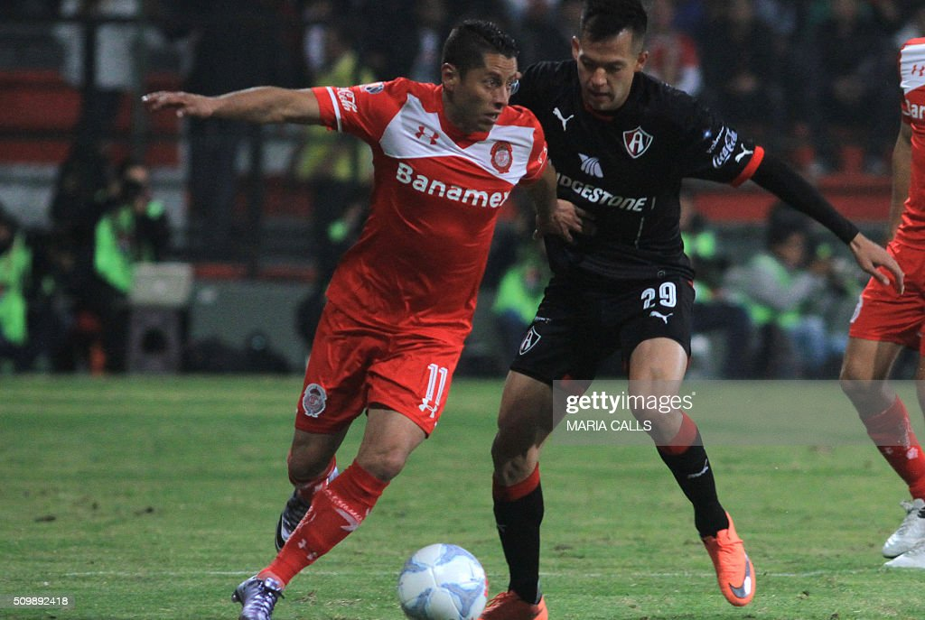 Rodrigo Salinas (R) of Atlas vies for the ball with Carlos Esquivel of Toluca during the Mexican Clausura 2016 Tournament at the Nemesio Diez stadium on February 12, 2016, in Toluca ,Mexico. / AFP / MARIA CALLS