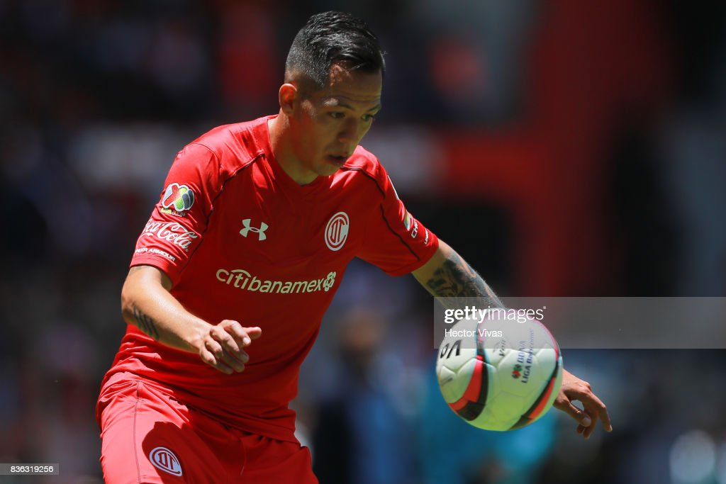 Rodrigo Salinas of Toluca looks the ball during the fifth round match between Toluca and Necaxa as part of the Torneo Apertura 2017 Liga MX at Nemesio Diez Stadium on August 20, 2017 in Toluca, Mexico.