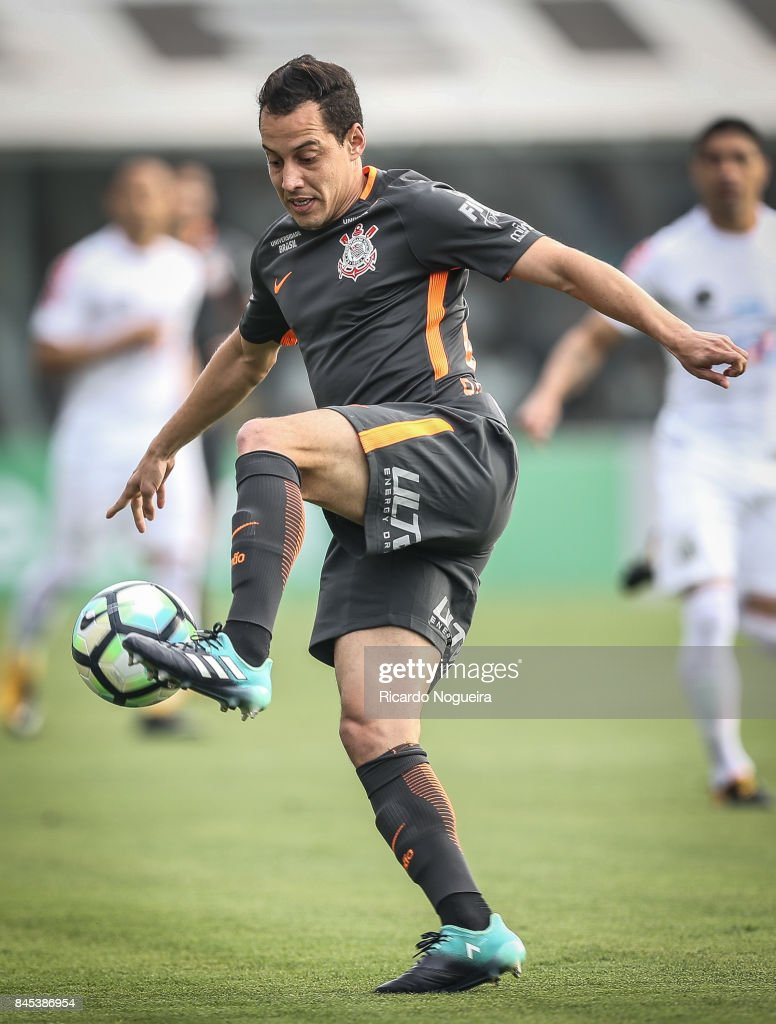 Rodriguinhoo #8 of Corinthians in action during the match between Santos and Corinthians as a part of Campeonato Brasileiro 2017 at Vila Belmiro Stadium on September 10, 2017 in Santos, Brazil.