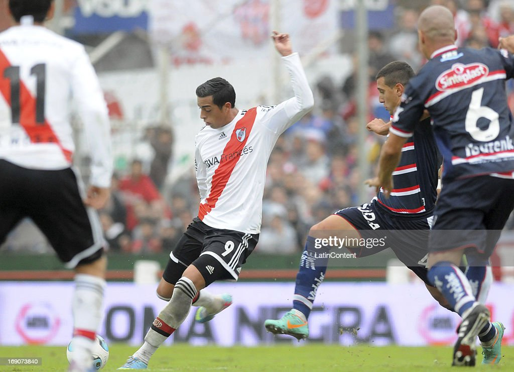 Rogelio Funes Mori of River Plate in action during a match between Union de Santa Fe and River Plate as part of the Torneo Final 2013 at 15 de Abril stadiun on May 19, 2013 in Santa Fe, Argentina.