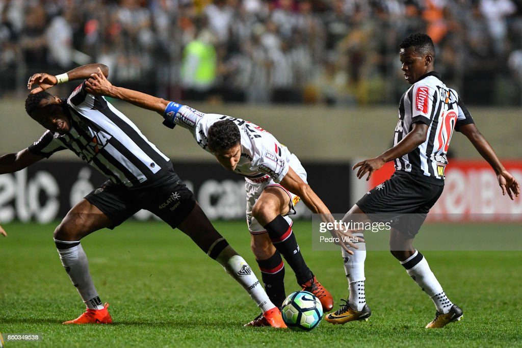 Roger Bernardo #85 and Cazares #10 of Atletico MG and Hernanes #15 of Sao Paulo battle for the ball during a match between Atletico MG and Sao Paulo as part of Brasileirao Series A 2017 at Independencia stadium on October 11, 2017 in Belo Horizonte, Brazil.