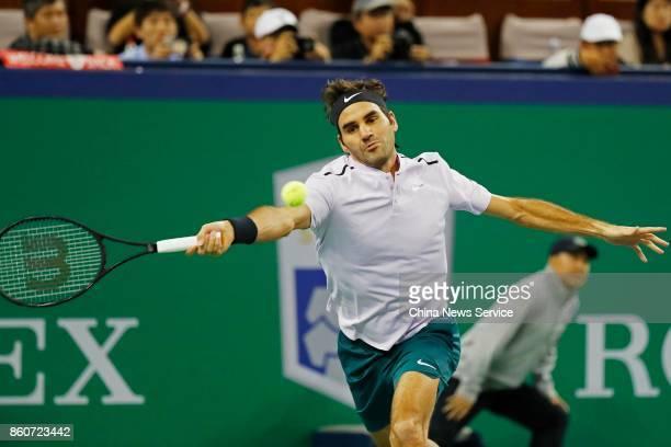 Roger Federer of Switzerland returns a shot against Alexandr Dolgopolov of Ukraine in the Men's singles third round match on day 5 of 2017 ATP...