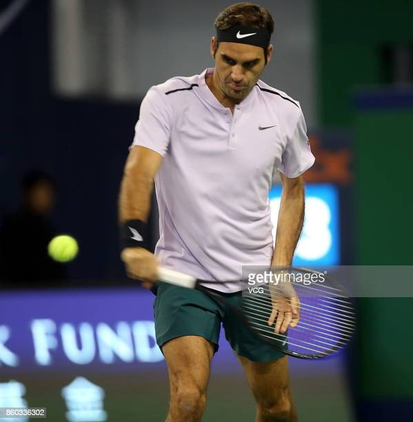 Roger Federer of Switzerland returns a shot during the Men's singles second round match against Diego Schwartzman of Argentina on day 4 of 2017 ATP...