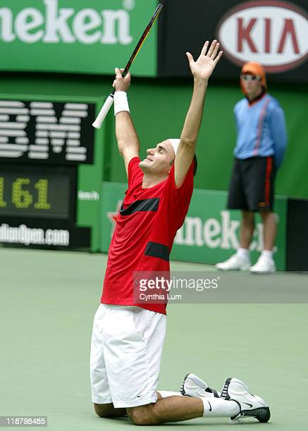 Roger Federer wins the 2004 Australian Open Champion with a 76 64 62 victory over Marat Safin February 1 2004