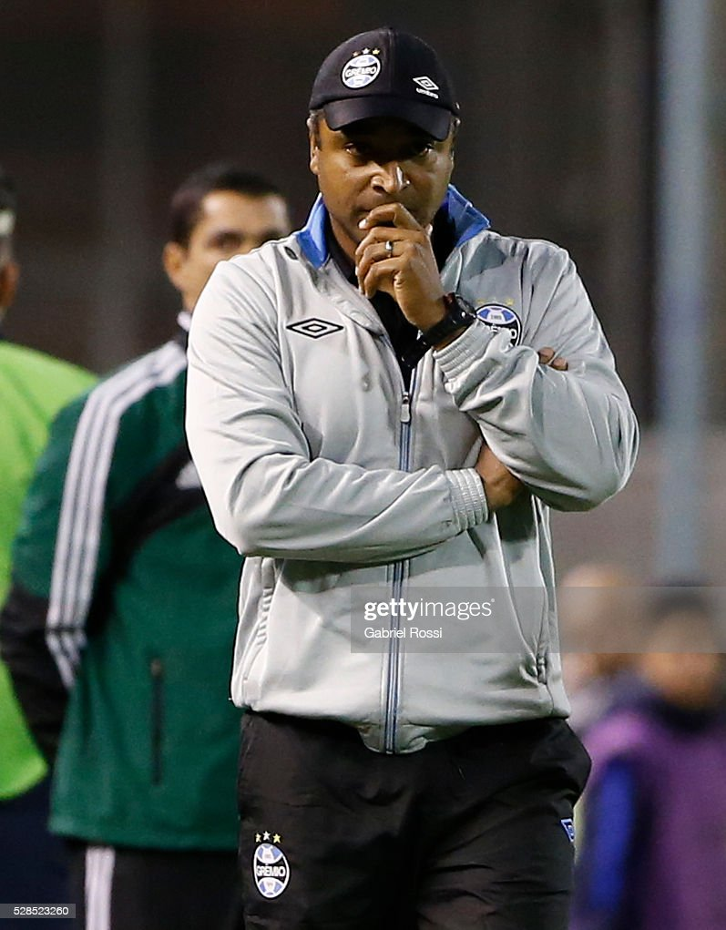 Roger Machado head coach of Gremio looks on during a second leg match between Rosario Central and Gremio as part of Copa Bridgestone Libertadores 2016 as part of round of 16 of Copa Bridgestone Libertadores 2016 at Gigante de Arroyito Stadium on May 05, 2016 in Rosario, Argentina.