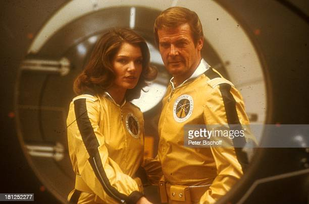 Roger Moore Lois Chiles bei den Dreharbeiten zum 'JamesBond'Film 'Moonraker' Paris/Frankreich Uniform Kulisse Kostüm verkleiden Promis Prominente...