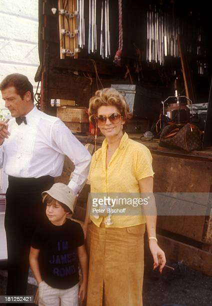 Roger Moore Sohn Christian Ehefrau Luisa Moore bei den Dreharbeiten zum Film 'Die Seewölfe kommen' Neu Dehli/Indien/Asien Mütze Hut Zigarillo Fliege...