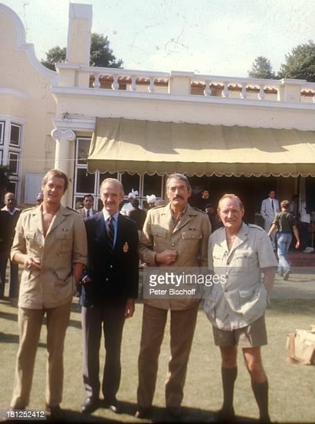 Roger Moore Trevor Howard Gregory Peck David Niven bei den Dreharbeiten zum Film 'Die Seewölfe kommen' Neu Dehli/Indien/Asien Uniform Kostüm...