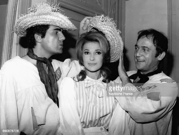 Roger Pierre et JeanMarc Thibault encadrant Evelyne Dandry pendant une répétition de la comédie musicale 'Deux anges sont venus' à Paris France le 17...
