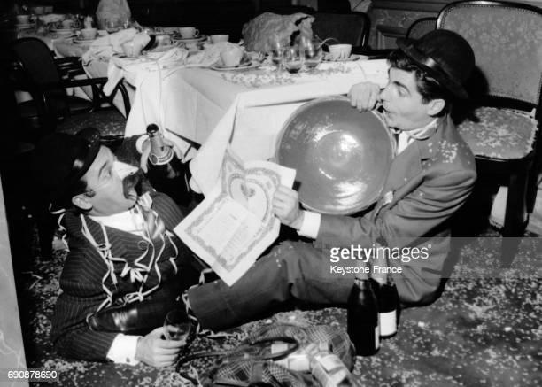 Roger Pierre et JeanMarc Thibault fêtant avec champagne et cotillons le prix des 'meilleurs fantaisistes' qui leur a été attribué à Paris France le...