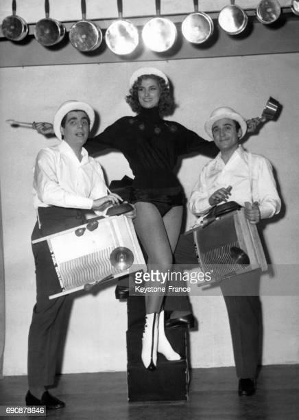 Roger Pierre et JeanMarc Thibault portant Gisèle Robert à l'occasion d'un sketch de cabaret sur les arts ménagers à Paris France le 28 février 1955