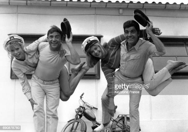 Roger Pierre et JeanMarc Thibault portant sur leur dos Mireille Darc et Michèle Girardon dans le film de Jean Boyer 'La Virginie' à...