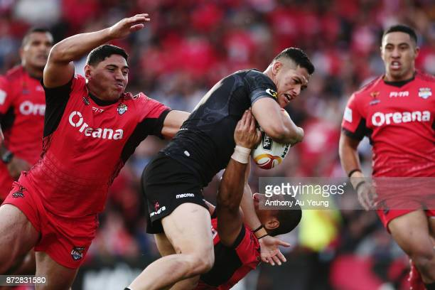 Roger TuivasaSheck of the Kiwis on the charge against William Hopoate and Jason Taumalolo of Tonga during the 2017 Rugby League World Cup match...