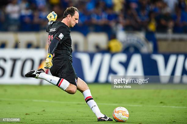 Rogerio Ceni of Sao Paulo plays the ball in a match between Cruzeiro and Sao Paulo as part of Copa Bridgestone Libertadores 2015 at Mineirao stadium...