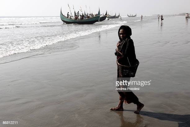 COX'S BAZAR BANGLADESH FEBRUARY 2009 A Rohingya refugee woman begs for food at Shaplapour Cox's Bazar Bangladesh The Rohingya are a Muslim ethnic...