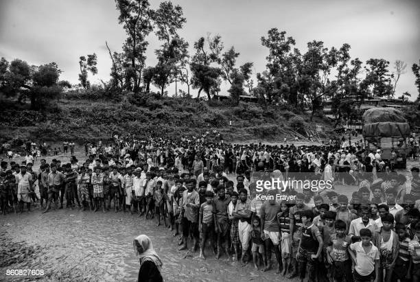 COX'S BAZAR BANGLADESH SEPTEMBER 20 Rohingya refugees crowd as food is distributed by a local NGO near the Balukali refugee camp on September 20 2017...