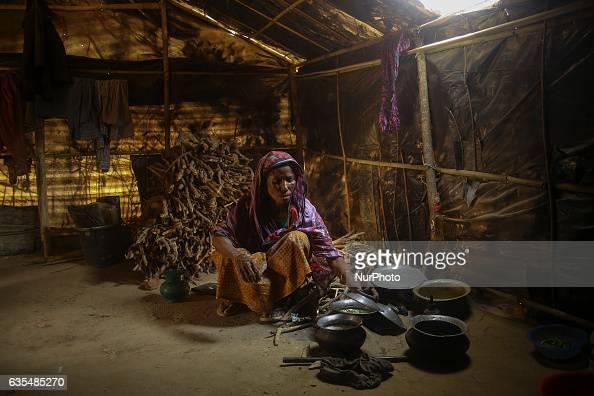 A Rohingya women cook a rice inside the makeshift refugee camp in Balu Khali Bangladesh on February 15 2017 Almost 2000 thousand Rohingya family...