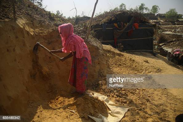 A Rohingya women make a house at the makeshift Balu Khali Rohingya refugee camp on February 15 2017 in Bangladesh Almost 2000 thousand Rohingya...