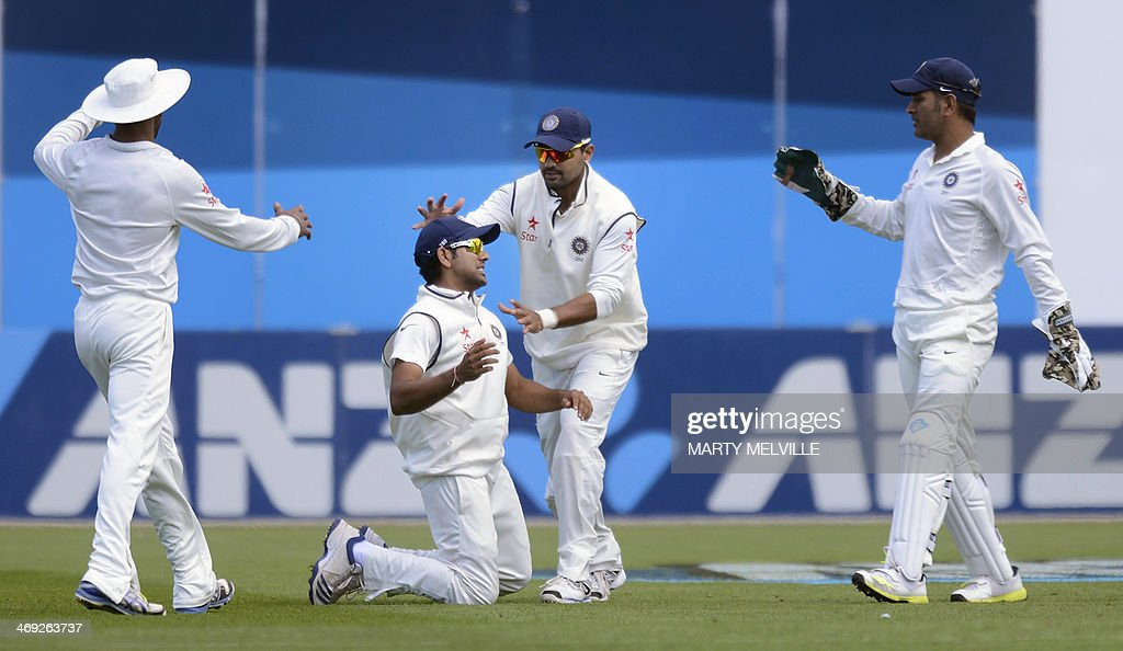 Rohit Sharma (C left) takes the catch of Kane Williamson of New Zealand as teammates Murali Vijay (C right) Dhoni (R) and Shikhar Dhawan (L) celebrate on the first day of the second cricket Test between New Zealand and India in Wellington on February 14, 2014.