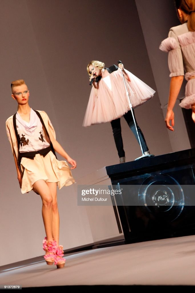 Viktor & Rolf - Paris Fashion Week Spring/Summer 2010