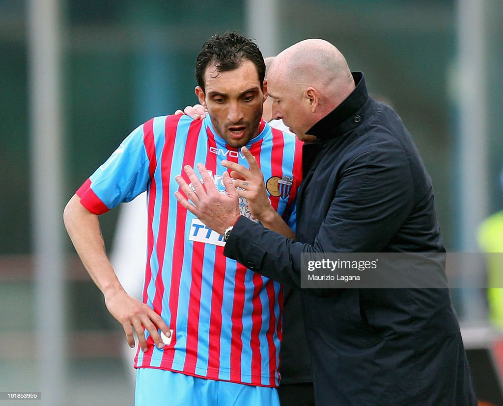 Rolando Maran head coach of Catania speaks with his player Francesco Lodi during the Serie A match between Calcio Catania and Bologna FC at Stadio Angelo Massimino on February 17, 2013 in Catania, Italy.