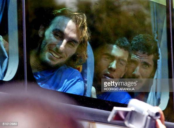 Rolando Schiavi Carlos Tevez y Diego Cana del club Boca Junior de Argentina observan desde un omnibus a hinchas colombianos el 30 de junio de 2004 al...
