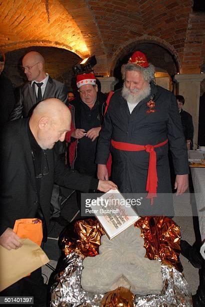 Rolf Hoppe mit 'Weihnachtsmann' dahinter links Schwiegersohn Dirk Neumann Geburtstagsfeier und Gala zum 80 Geburtstag von Rolf Hoppe Theater 'Rolf...